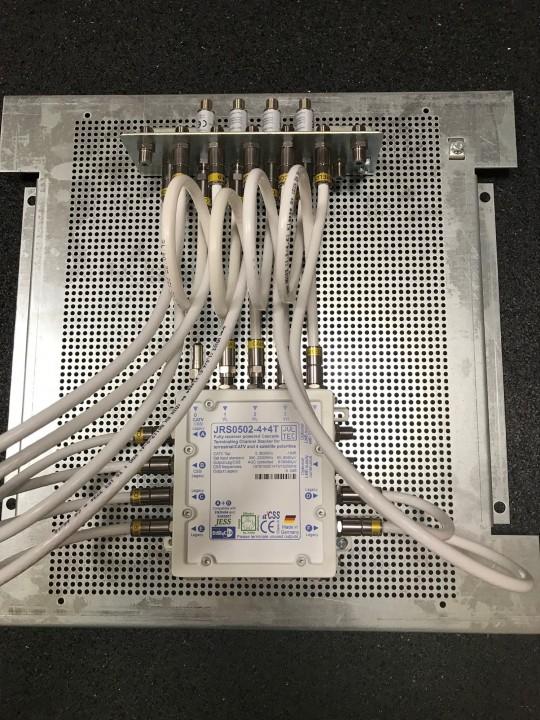 JultecJRS0502-4+4T_Unicable-EN50494_JESS-EN50607-Einkabel-Multischalter-Lochblechplatte_Vormontage_Potentialausgleich_Ueberspannungsschutz (2).jpg