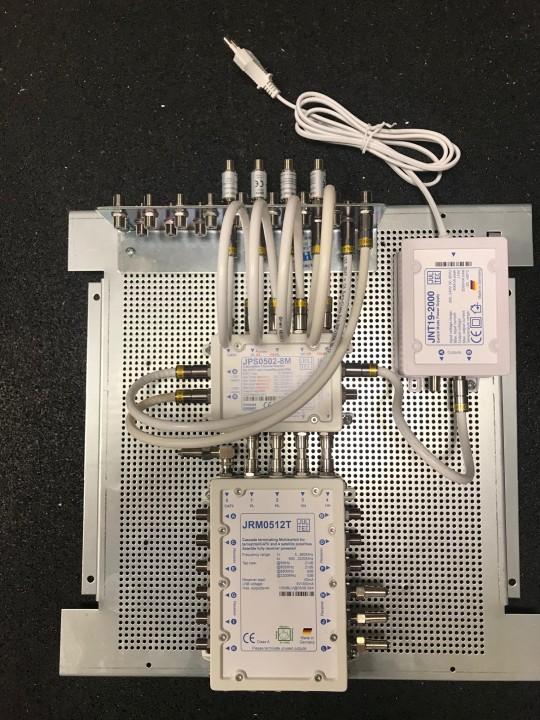 Jultec_JPS0502-8M_JRM0512T_kaskadiert_Unicable-EN50494_Legacy-Lochblechplatte_Potentialausgleich_Vormontage_Demo (3).jpg