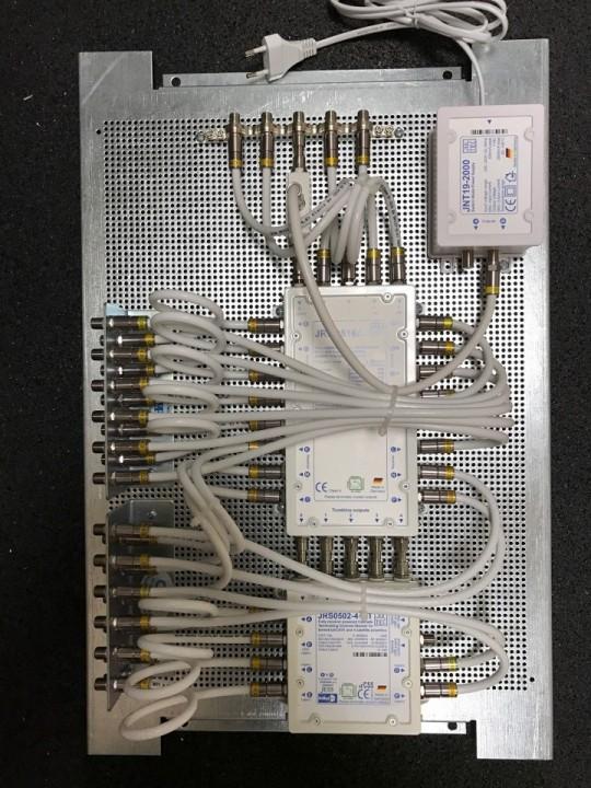 Jultec_JRS0502-4+4T_JRM0516A_kaskadiert_Potentialausgleich_Lochblechplatte_Vormontage.JPG