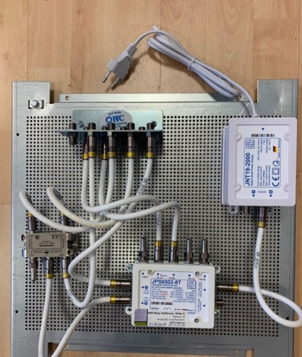 JultecJPS0502-8T_Breitband-LNB-Versorgung_1-Satellit_Verteiler_4-fach_3-belegt.jpg