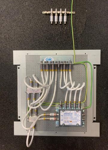 Jultec JRS0502-8T Lochblechplatten-Vormontage mit Potentialausgleich / Verteilung / Daempfungsglieder (Achtung ! Verteiler hier speziell für den Einsatz wie vor Ort gegeben gewählt, hier MIT Diodenentkopplung)
