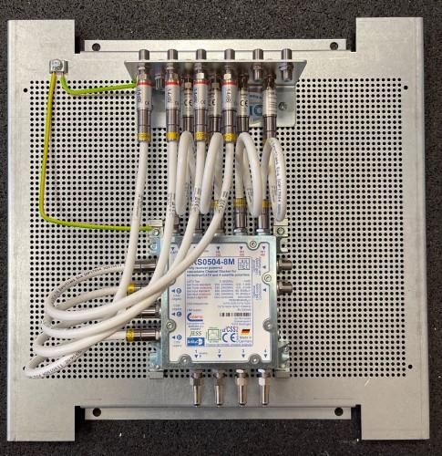 JultecJRS0504-8M_Unicable-Multischalter-voll-receivergespeist-Potentialausgleich-Pegelanpassung_Daempfungsglied-Lochblech-Vormontage1