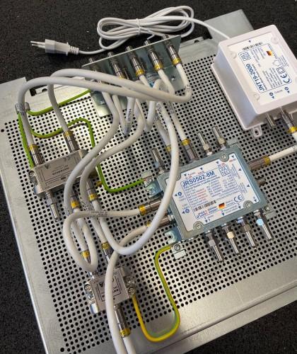 Jultec JRS0502-8M Breitband-LNB-Versorgung_Lochblechplatte_Vormontage_Potentialausgleich_2