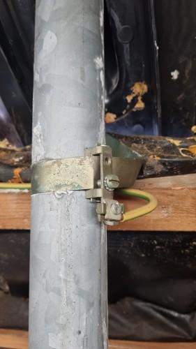 Befestigung Erdungsleiter am Antennenmast