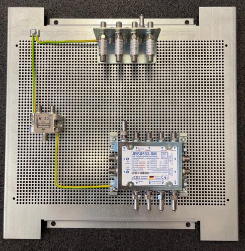JultecJRS0502-8M_Montage-Lochblechplatte_Potentialausgleich_Verteiler_ohne-Patchkabel.jpg