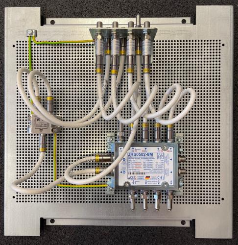 JultecJRS0502-8M_Montage-Lochblechplatte_Potentialausgleich_Verteiler_mit-Patchkabel.jpg