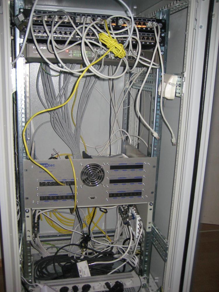 NetzwerkschrankLAN-Satanlage_Potentialausgleich_KameraTotale.JPG