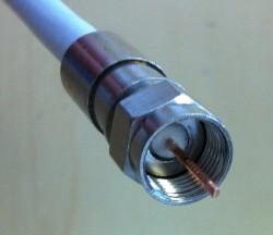 F-Kompressionsstecker auf Kabel aufgesetzt (andere Ansicht)