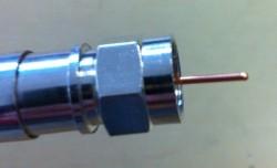 F-Kompressionsstecker auf Kabel aufgesetzt (Seitenansicht- Innenleiter noch zu lang)