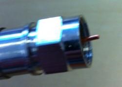 F-Kompressionsstecker auf Kabel aufgesetzt (Seitenansicht- Innenleiter gekürzt)