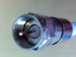 F-Kompressionsstecker auf Kabel aufgesetzt (Seitenansicht- Innenleiter gekürzt andere Ansicht)