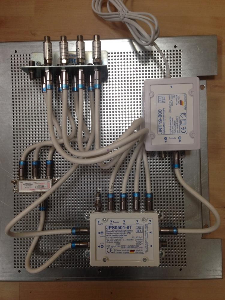 JultecJPS0501-8TN_Lochblechplatte_Vormontage_Potentialausgleich_Erdung_Verteiler_Netzteil_Patch-Jumperkabel1.JPG