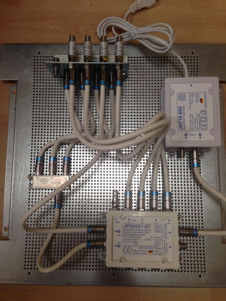 JultecJPS0501-8TN_Lochblechplatte_Vormontage_Potentialausgleich_Erdung_Verteiler_Netzteil_Patch-Jumperkabel2.JPG