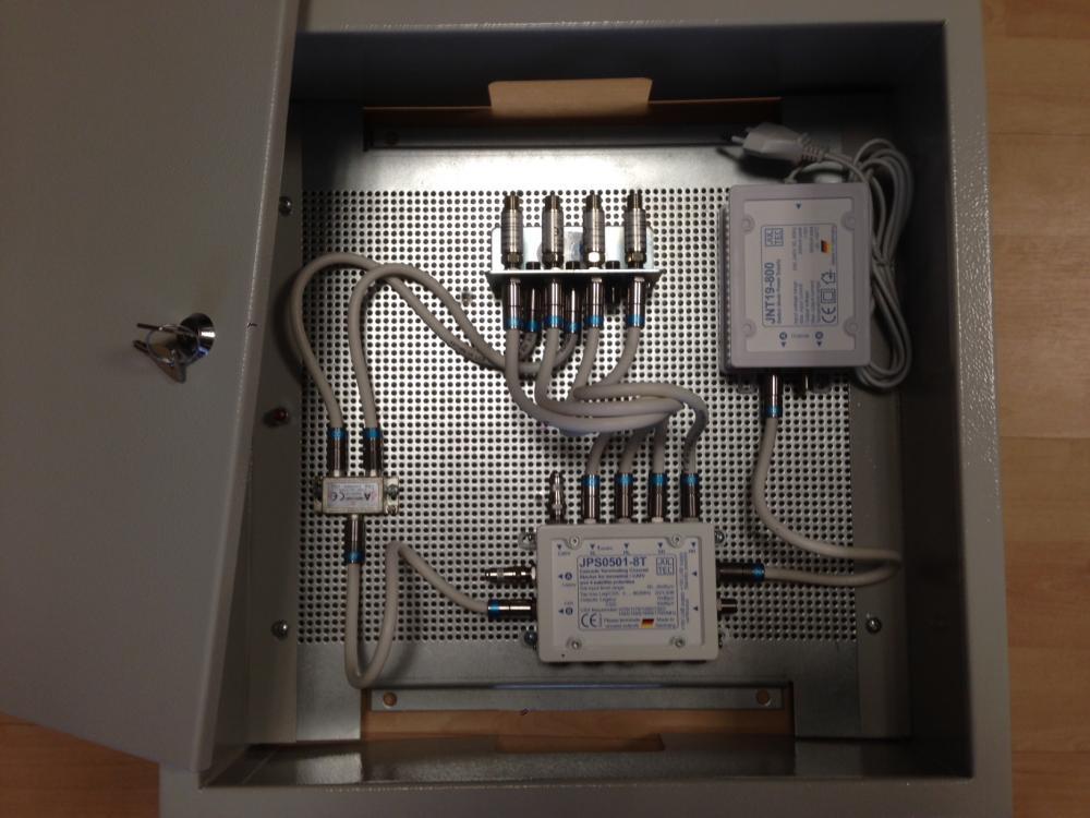 Jultec_JPS0501-8TN_Unicable-Multischalter_EN50494_Aufbau_Schaltschrank-Lochblechplatte_Potenzialausgleich_1.JPG