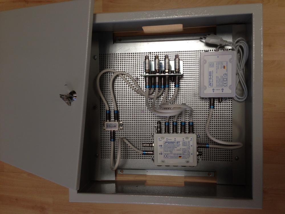 Jultec_JPS0501-8TN_Unicable-Multischalter_EN50494_Aufbau_Schaltschrank-Lochblechplatte_Potenzialausgleich_3.JPG