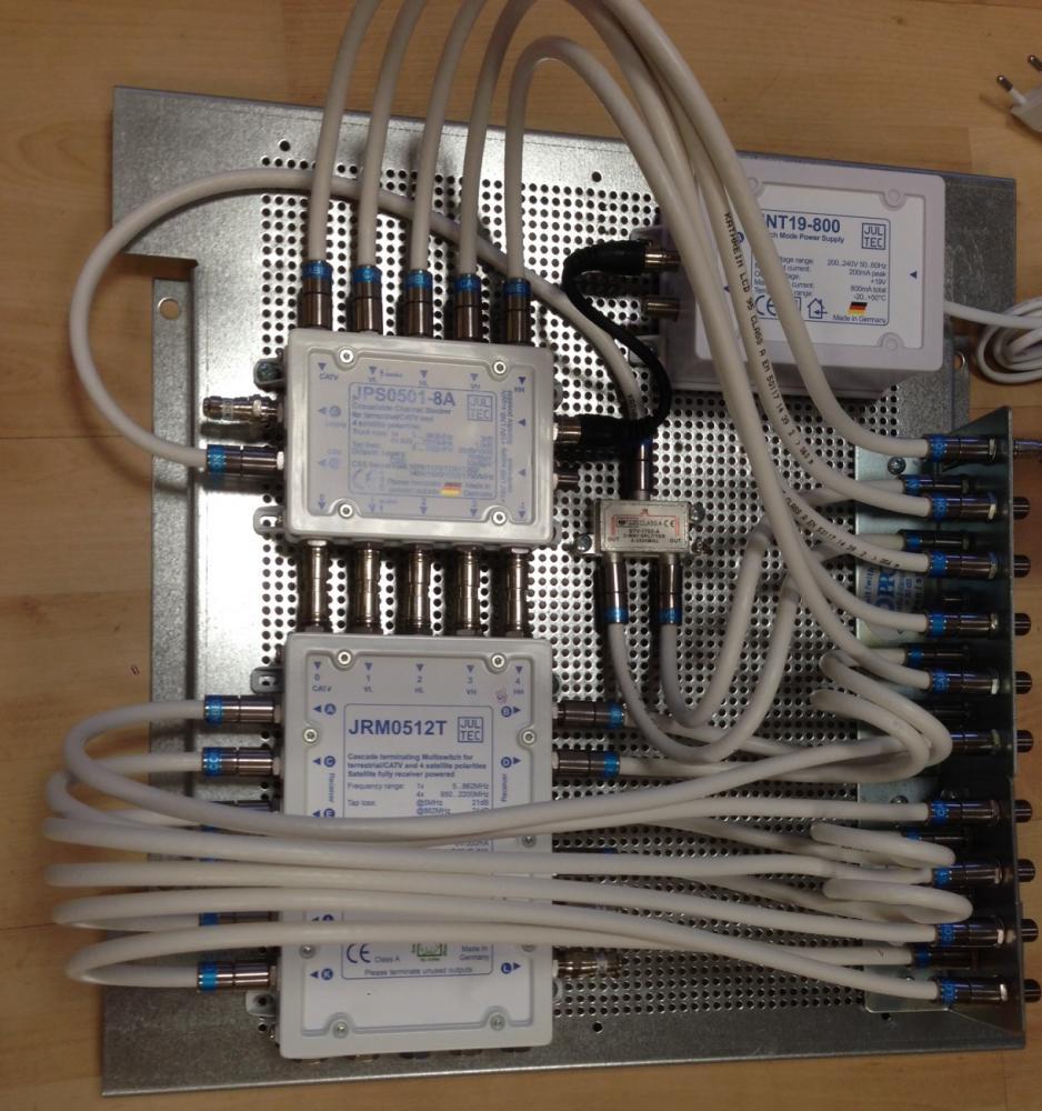 Jultec_JRM0512T_JPS0501-8A_Multischalter_Legacy-Unicable-Kombianlage_Aufbau_Lochblechplatte_Potenzialausgleich.JPG