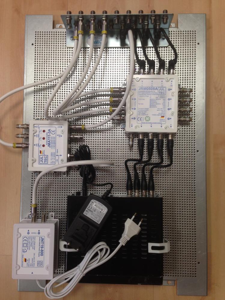 Lochblechplatten-Aufbau_JultecJRM0508A-kaskadiert_InvertoIDL400_SAToverIP-Router_DVB-T-Einspeisung_Potentialausgleich.JPG