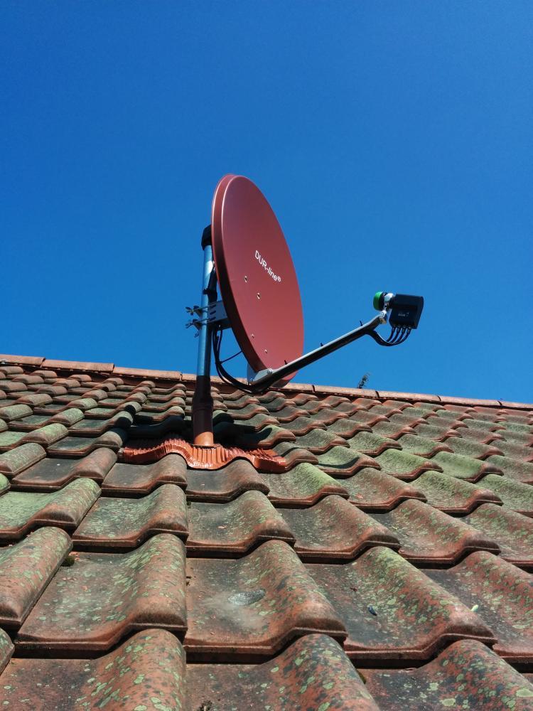Dur-Line_Select75_Antenne_Dachsparrenhalterung_Herkules_Klebemanschette_Quattro-LNB_Montage.jpg