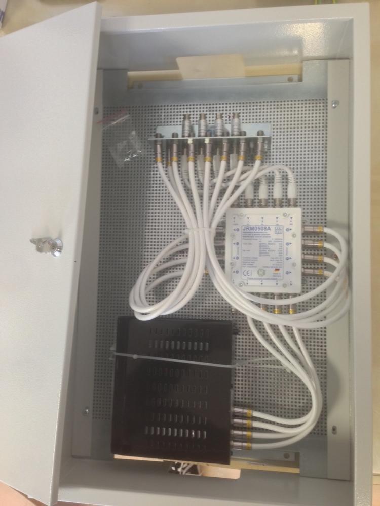 JultecJRM0508A_SatIP-Router_InvertoIDL400s_Schaltschrank_Lochblechplatte-Potentialausgleich-Voraufbau-Montage.JPG