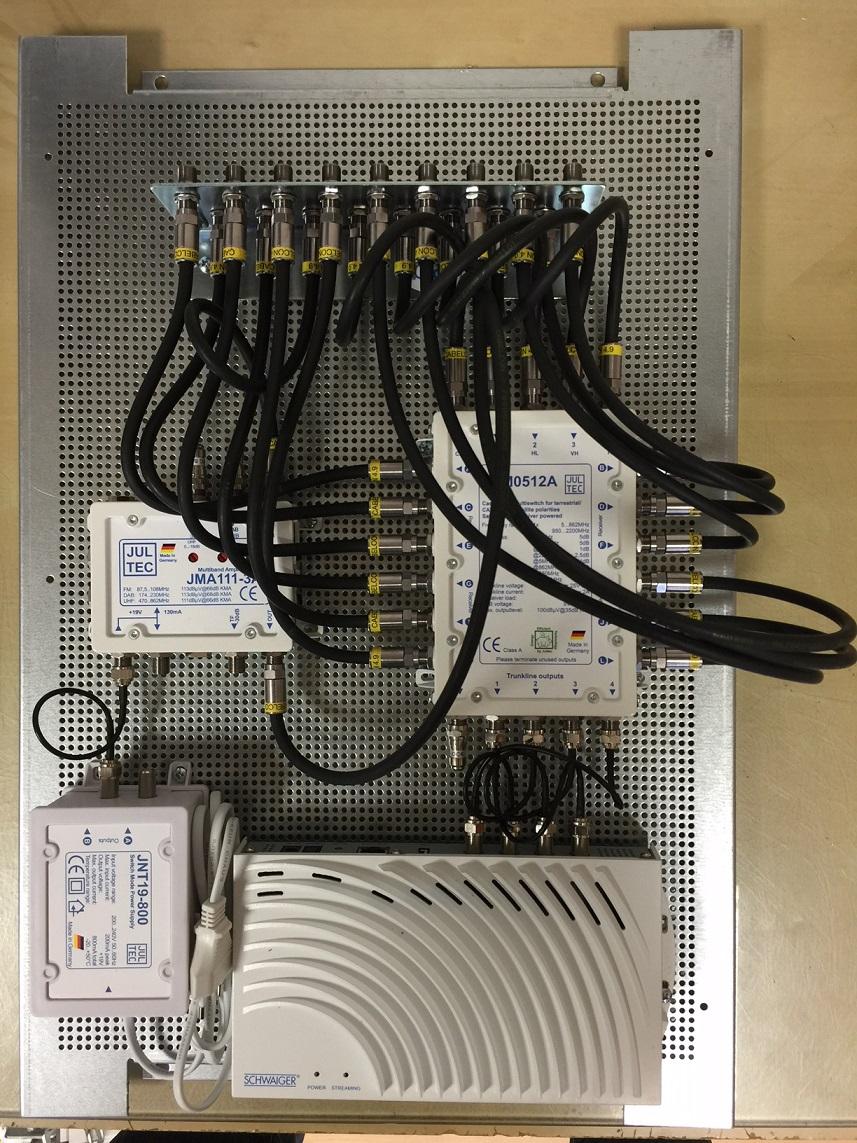 JultecJRM0512A_Multischalter_JMA111-3_Verstaerker_Sat-over-IP-Router_Lochblechplatte_Potentialausgleich.JPG