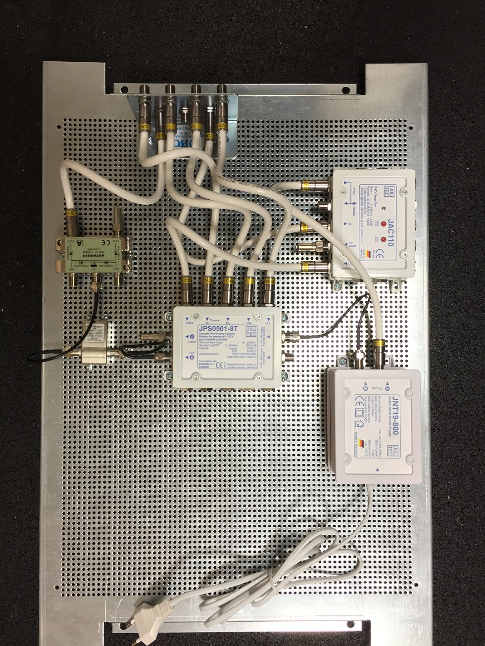 JultecJPS0501-8TN_JAC110_BK-Einspeisung_Lochblechplatte_Unicable-Verteilung (3).JPG