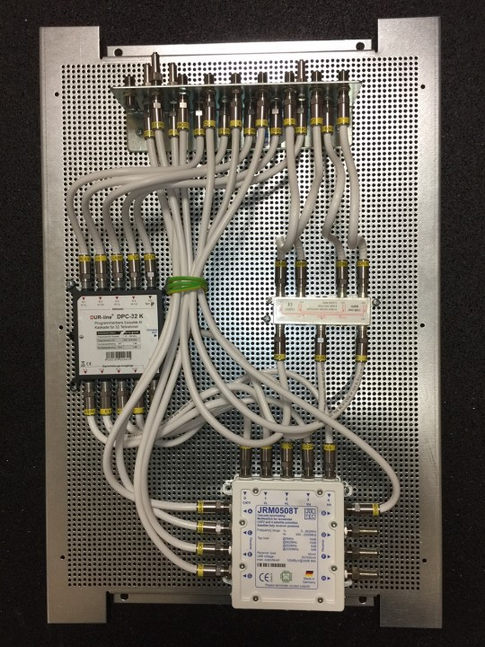 Dur-Line_DPC32-Jultec_JRM0508T-kaskadierter-Aufbau-Lochblechplatte_Potentialausgleich_Verteiler (1).JPG