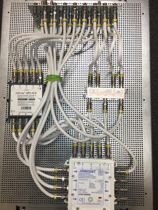 Dur-Line_DPC32-Jultec_JRM0508T-kaskadierter-Aufbau-Lochblechplatte_Potentialausgleich_Verteiler (2).JPG