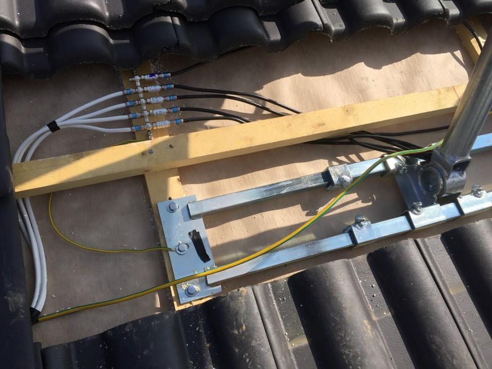 Dur-Line_Herkules-Dachsparrenhalter_Mast-naher-Potentialausgleich_unter_Ziegel (2).JPG