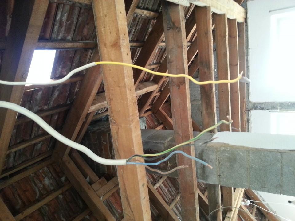 Dachgeschoss_Erdung_Antenne_Bild_Kabel.jpg
