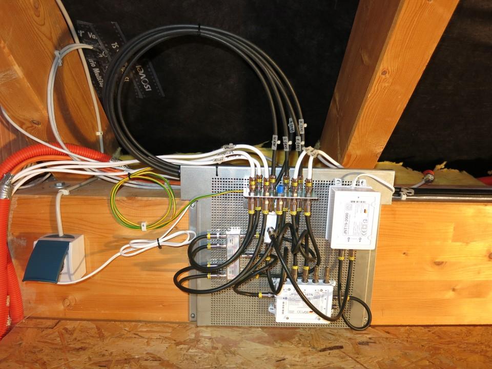JultecJPS0501-16TN_Breitband-LNB-Versorgung_Lochblechplatte_Potentialausgleich_Vormontage.JPG