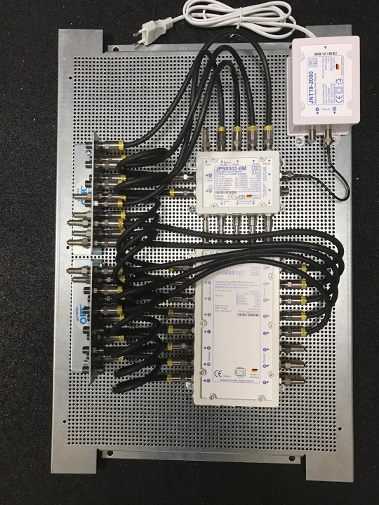 Jultec_JPS0502-8M_JRM0516T_kaskadierter-Multischalter-Aufbau_Legacy-Unicable_EN50494_Lochblechplatte-Potentialausgleich_Verteilung.JPG