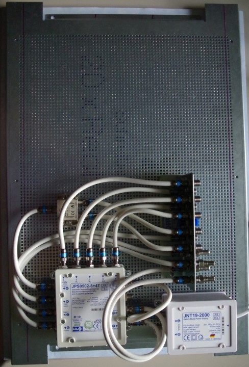 JultecJRS0502-4+4T_JNT19-2000_Netzteil_Lochblech_Potentialausgleich_Montage_unten.jpg